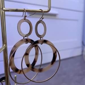 Unika guldiga örhängen med ett leopard mönster som bara har använts endast några få gånger (dem tvättas självklart innan du får dem🥰)