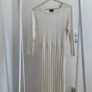 Superfin broderad klänning från morris. Aldig använd pga. för stor.