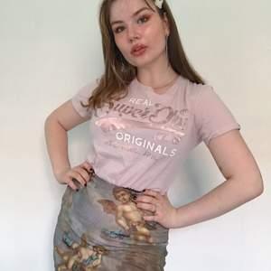 Superdry t-shirt i jätte söt ljusrosa färg och Rose gold text. Väldigt sparsamt använd, storlek 38 men liten i storleken mer som 34/36. Ny pris är c.a 300kr.