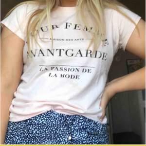 En ljusrosa T-shirt som är lätt att styla 💜 Skickad mot fraktkostnad🥰