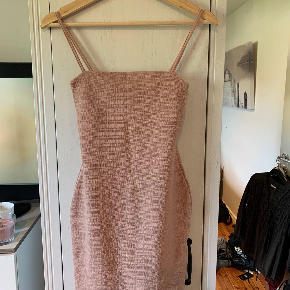 Riktigt snygg klänning från Nelly. Tyvärr lite liten i storlek är en S men som XS, där av säljer jag den. Aldrig använd. Köparen står själv för frakten. Klänningar.