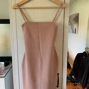 Riktigt snygg klänning från Nelly. Tyvärr lite liten i storlek är en S men som XS, där av säljer jag den. Aldrig använd. Köparen står själv för frakten