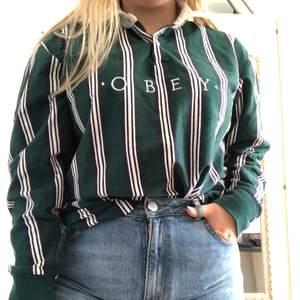 Såå fin tröja med krage från Obey. Herrstrolek M men passar både herr o dam. Går sjävklart att cropa. Pris kan diskuteras.