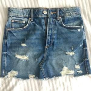 Skitsnygg jeansskjol från Zara som tyvärr är för liten på mig som vanligtvisst är S. Pris kan diskuteras