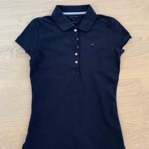 Säljer denna tröjan för 75 kr + frakt. Den är mörkblå och i fint skick.