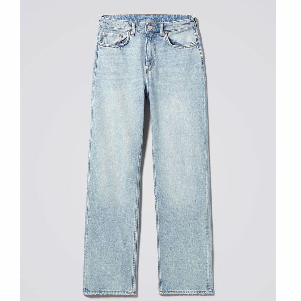 Säljer mina weekday jeans i modellen voyage i färgen spring blue!! Jeansen i den här färgen är slutsåld i butik så ta er chans!!🥰  frakt tillkommer på cirka 90kr.. Jeans & Byxor.