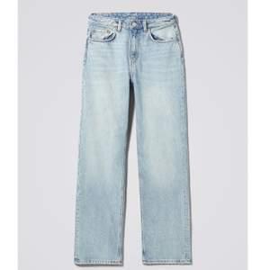 Säljer mina weekday jeans i modellen voyage i färgen spring blue!! Jeansen i den här färgen är slutsåld i butik så ta er chans!!🥰  frakt tillkommer på cirka 90kr.