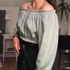 Superfin off shoulder topp från Zara 💓💓 endast använd en gång, säljer då den tyvärr inte kommer till användning 💖