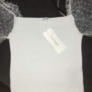 Helt oanvänd tshirt/linne med puffärmar superhärlig till sommaren!! Prislapp finns kvar och kan nog hitta kvittot också. Står att storleken är M men passar på mig som är XS/S. 💜