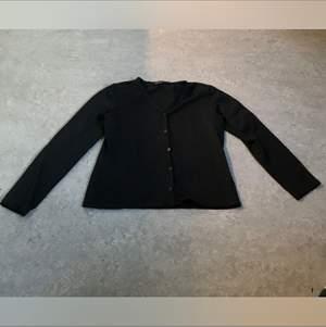 En simpel svart kofta med knappar som är gjort av ett jätte skönt material. Storlek 30/40. Kan mötas upp i Stockholm eller posta. Frakt 44kr