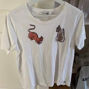 Jätte fin t-shirt från Carin Wester! Använd 1-3 gånger! (Den stryks innan jag postar)😊. Köparen står för frakten!