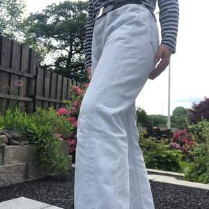 Säljer jeansen pga att dom inte längre passar, skulle rekommendera dessa till nån som är M/L. Byxorna är upplagda och är en perfekt längd (jag är 166cm). Frakten betalas av köparen✨🍑