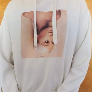 Vit ariana grande hoodie från hennes sweetener tour 2018! Inga fläckar eller något och säljs då den inte används längre!