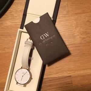 Super fin och elegant klocka! Är i vit läder band och rosefärgade detaljer. Den har dock inget batteri men går lätt att fixa på närmsta smyckes butik. Får med både lådan och pappper om klockan vid köpet av klockan. Köparen står för frakten🌸 Helst swish🌸