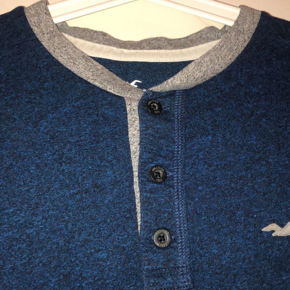 Skitsnygg, skön tröja från hollister, jättemjuk och stilig. Säljes pga passar ej, aldrig använd annars än prövning. Snyggt mörkblå och grå.. Tröjor & Koftor.