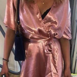 Super fin klänning, knappen har lossnat på ena sidan.🖤🖤