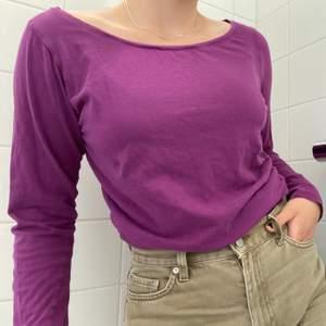 Snygg simpel lila tröja att styla med accessoarer till sommaren. Passar mig som vanligtvis har storlek XS-M. Tröjan är i fint skick och har använts väldigt sparsamt. När jag köpte den ny kostade den några hundra //Kontakta mig för fler bilder🦋🦋