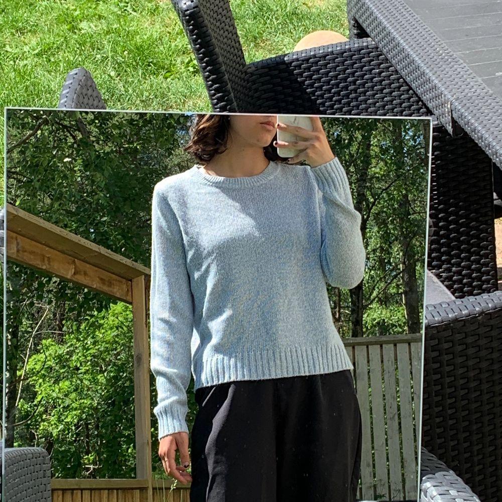 Jätte skön tunnare stickad tröja från hm. Använd fåtal gånger. Frakt tillkommer men kan även mötas upp i Göteborg. . Stickat.