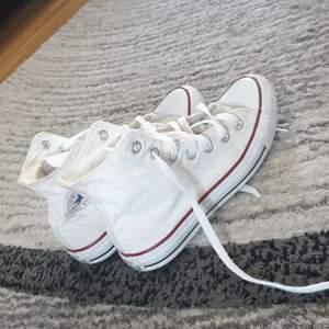 Väldigt sköna skor här använt dom 5 ggr dom är väldigt rena köpare står för frakt man kan pruta max 10 kr.