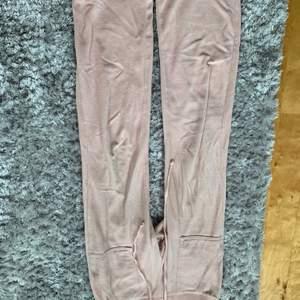 Rosa juicy byxor i storkek XS som är köpta i januari på raglady. Älskar byxorna men tyvärr för korta för mig som är 1,67 cm. Passar till någon som är runt 165. Frakt tillkommer!