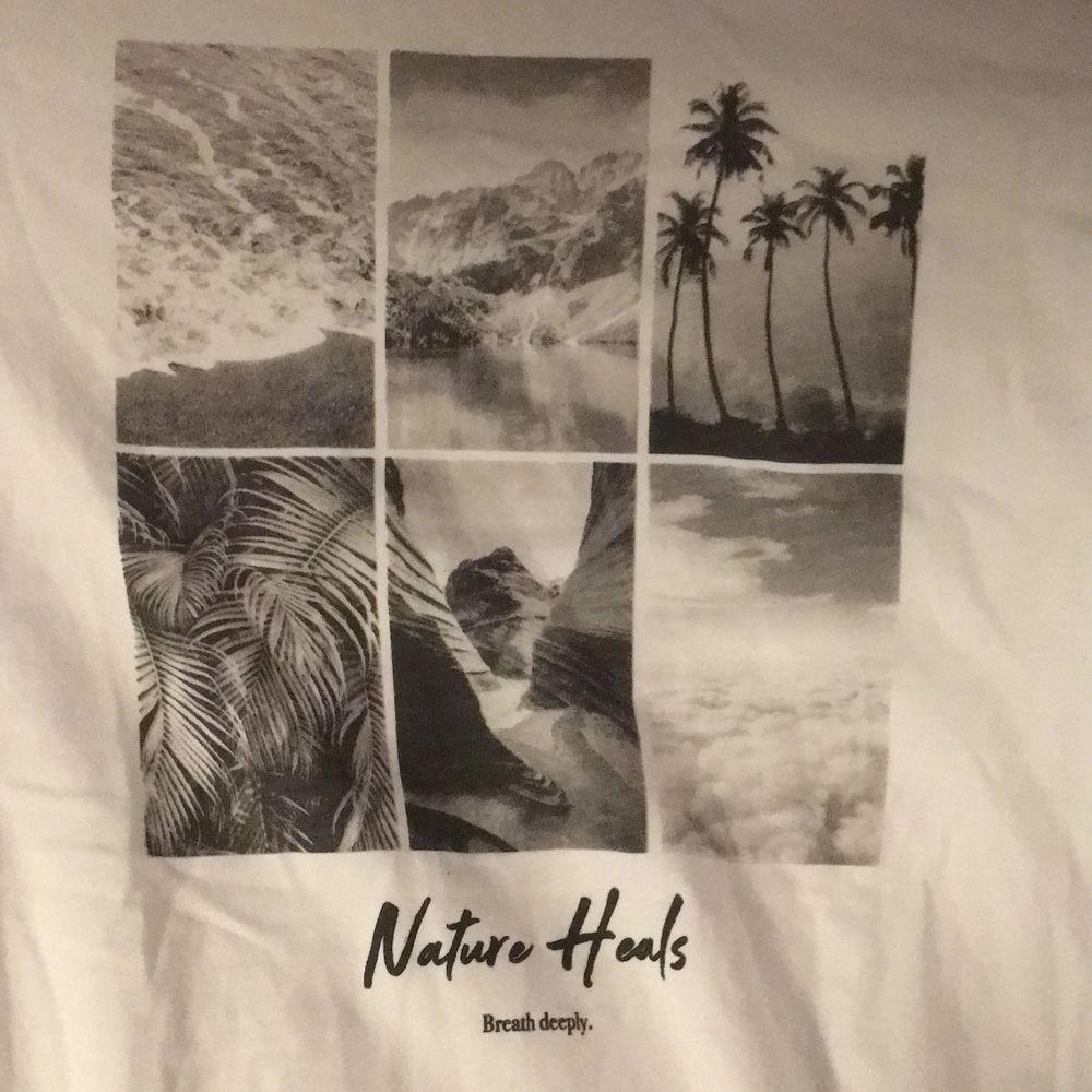 T-shit med naturtryck från NAKD. Jättebra skick använd Max 3 ggr.. T-shirts.
