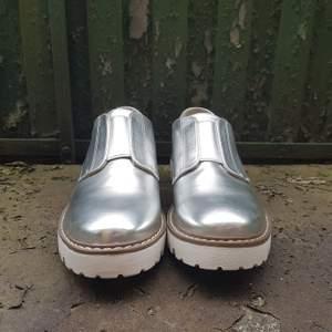Stiliga skor i silver som fungerar likväl till vardags som till fest. Aldrig använda då jag köpte fel storlek. Nypris var 299 kr men säljer för 150 kr exkl frakt. Bjuder dock på frakten vid köp över 300 kr.