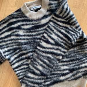 Snygg tröja från NA-KD! Helt i nyskick! Köparen står för frakten.