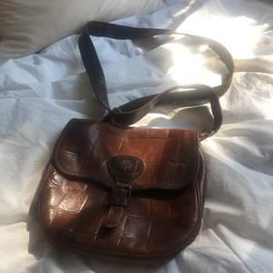 Brun läderväska från Mulberry med gulddetaljer. Givetvis äkta men saknar kvitto. Ca 14 cm längd 20 cm höjd. Fråga om du vill ha fler bilder 😊