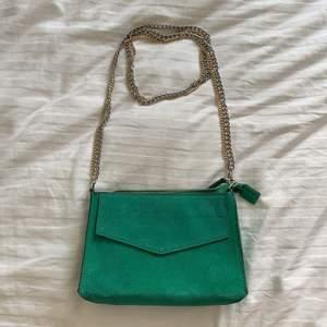 Mockaväska i fin grön färg från Zara. Kedja i guld och silver, endast använd två gånger!