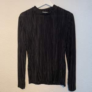 Fin tröja i glansigt/plisserat material