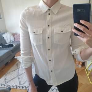 Helt oanvänd skjorta från Noisy May. Väldigt skön, i 100% bomull. Säljes pga för liten för mig i axlarna 😪 finns i Sthlm, köparen står annars för frakt 🚀