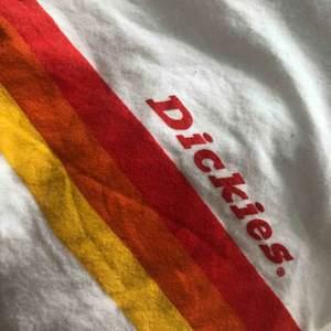 Skitsnygg Dickies t-shirt med orange tryck✨ Använd bara en gång, väldigt fint skick.  Den är i storlek L/XL men den passar mig som Har S och är lite oversized.   Skriv om du har några frågor och kolla gärna in mina andra annonser!💓