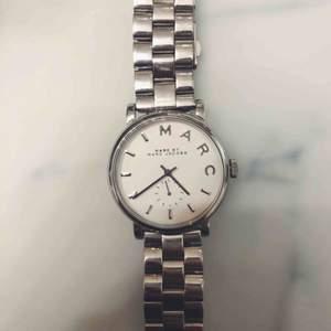 Säljer min knappt använda Marc Jacobs klocka! SÅ snygg men passar tyvärr inte i klockor.   Den är vattentät upp till 5 ATM.   Min handled är cirka 17 cm och den passar perfekt :)