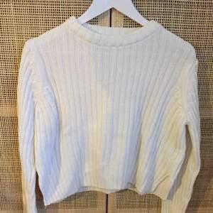 Ribbad vit tröja i ekologisk bomull och akryl från gina Skicket är fint. Inget att anmärka på