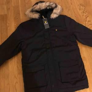 Ny och oanvänd original Lyle and Scott vinterjacka i  förpackning . Storlek M  Kan även användas under vår och höst.