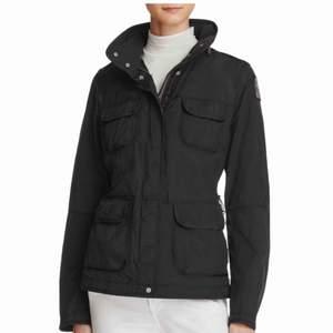 Säljer en Parajumper jacka i svart. Det är modellen Dessert women och storlek XS. Inköpspris: 4299 kr Kvitto finns! Använd en höst.