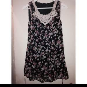 Blommig klänning med pärlor och glitter vid bröstet!