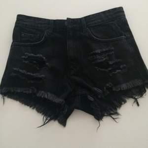 Svarta shorts från H&M i storlek 34! Använde 1 gång. Frakt 55kr ✨