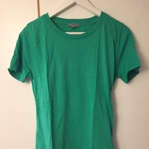 Grön T-shirt från COS storlek M. Som ny!