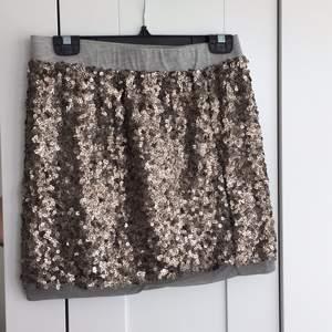 Min favorit kjol som jag aldrig använt säljer jag då det visade sig att den var för stor.  Hämtas i Kungsbacka eller skickas mot fraktkostnad, swish går bra.  Nås på Facebook: Kajsa Gustafsson