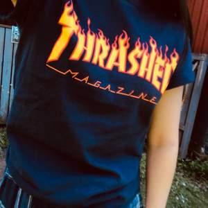 Marinblå thrasher t-shirt, sparsamt använd. Trycket har några ynka sprickor, men inget som man tänker på (tröjan var så redan när jag fick hem den från Junkyard). Köparen står för frakt (49 kr)!🌟