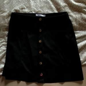kjol med knappar från gina