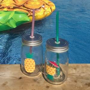Två härliga glas med lock och sugrör. Kommer inte till användning hos mig. De ger en riktig sommarkänsla!🏖🍍💦☀️🍹