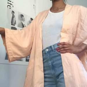 Oanvänd Peach rosa kimono från monki💕.                                 Frakt tillkommer på 40kr!!