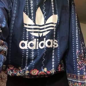 En jätte cool adidas tröja!! Säljer pga inte min stil längre, den är som ny🥰  tror den är i S men den passar både Xs och M