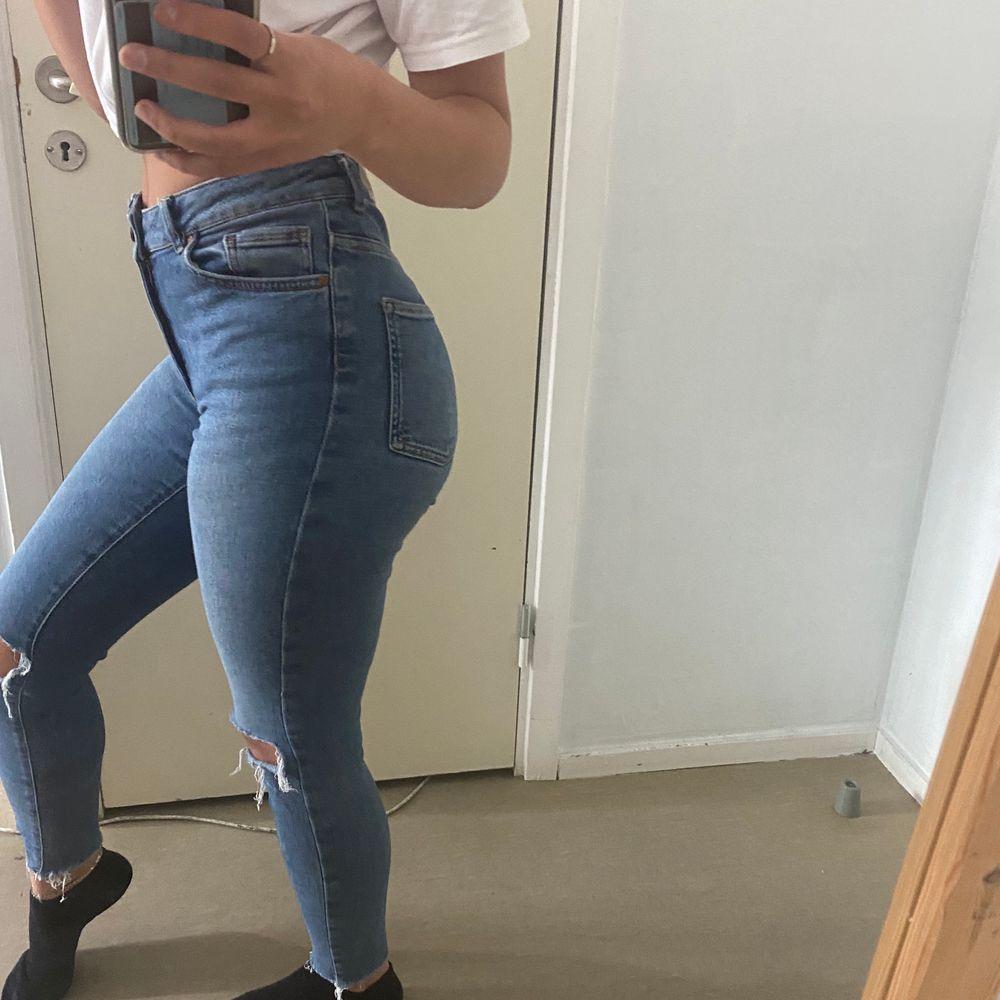 Tighta Jeans från bikbok i strl S. Bra passform utan några skador, säljs pga ingen användning längre (köpare står för frakt) . Jeans & Byxor.