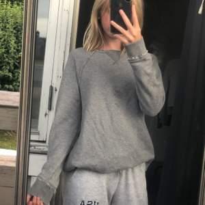 Grå sweatshirt från abercrombie and fitch! Säljer pågrund av ej min typ av tröja❣️ bra skick endast en fläck på bröstet som säkert går bort i tvätten, syns knappt❣️