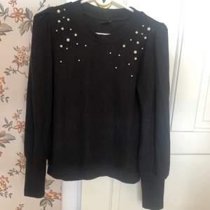Jätte skön svart tröja med pärlor från Gina tricot i strl S!