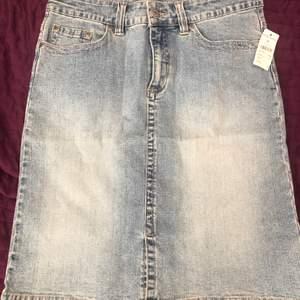 Snygg jeans kjol i storlek 38. Helt ny, med prislapp. Köpt för 299 och säljs för 100 kr.