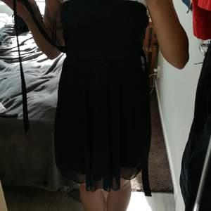 Jättefin svart klänning med spets uppe vid bysten.